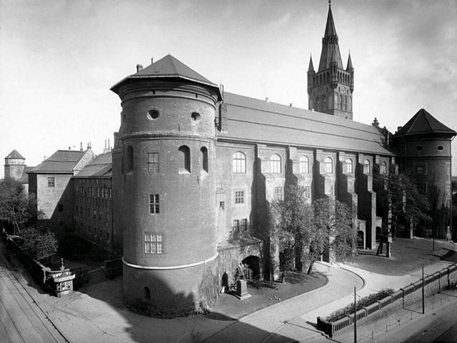 Королевский замок и площадь перед ним