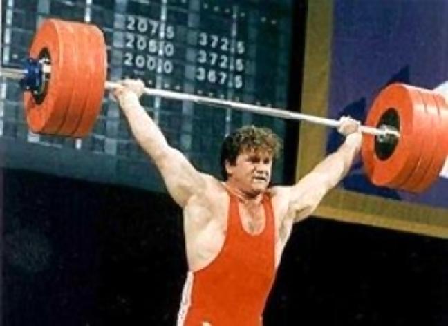 Со штангой олимпийский чемпион Анатолий Храпатый