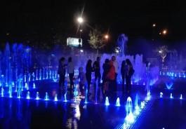 Что в голове у людей, которые лезут в фонтан у ДКМ во время представления?