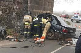 Под Гусевом БМВ врезался в мостовую опору: погиб водитель