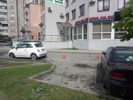 На улице Октябрьской в Калининграде автомобиль сбил пенсионерку во дворе