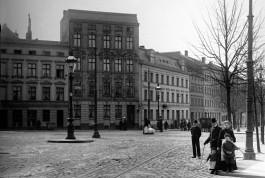 «Когда лучше побыть дома»: почитайте про неформальный символ Калининграда и посмотрите, что было на его месте в начале ХХ века