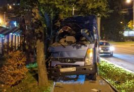 В центре Калининграда грузовой микроавтобус вылетел на тротуар и врезался в дерево