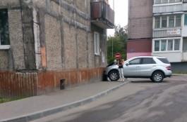 На ул. Иванихиной в Калининграде внедорожник въехал в дом