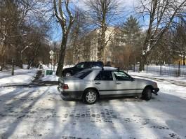 На улице Пацаева в Калининграде «Лексус» врезался в дерево после столкновения с «Мерседесом»