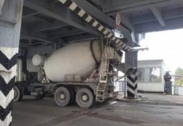 В Калининграде закрыли Двухъярусный мост из-за застрявшей бетономешалки