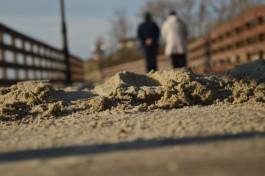В Янтарном поднимают часть променада для защиты от песка