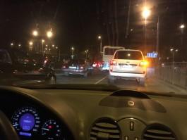 Наглые водители усугубляют пробки на подъезде к кольцу на площади Василевского