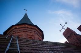 Сокол сбросил памятную капсулу со шпиля Кафедрального собора под ноги туристов