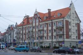 С «ганзейского» дома на Ленинском проспекте в Калининграде отвалилась штукатурка