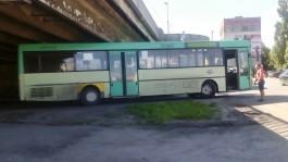 В Калининграде под эстакадным мостом застрял автобус