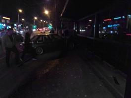 На ул. Горького в Калининграде БМВ столкнулся с «Дэу» и врезался в остановку