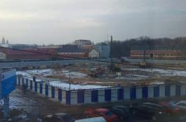 В Калининграде вбивают сваи под ТЦ на месте снесённой промтоварной части Центрального рынка