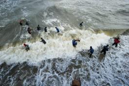 «Охота за камнем»: на пляж в Светлогорске после шторма вышли ловцы янтаря