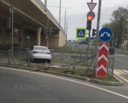 На Восточной эстакаде в Калининграде легковушка протаранила забор