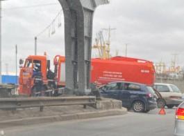Из-за ДТП с машиной «Водоканала» затруднено движение в районе двухъярусного моста в Калининграде