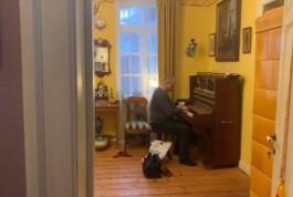 Историк моды Александр Васильев вернул в Калининградскую область трофейное пианино из Кёнигсберга