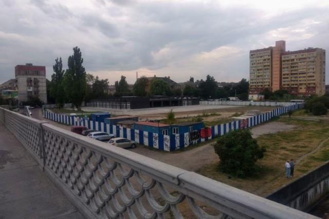 На улице Портовой возле эстакадного моста разрешили ввести в эксплуатацию торговый центр
