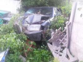 Очевидцы: В Гурьевске пьяный водитель «Мерседеса» протаранил бетонный забор