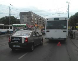 На Московском проспекте такси врезалось в автобус: заблокированы две полосы