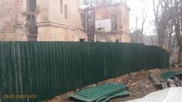В Светлогорске огораживают забором виллу Зор после сообщения о том, что памятник разбирают на кирпич