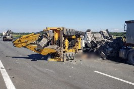 На Приморском кольце трактор врезался в людей и перевернулся: погиб мужчина