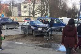На улице Невского во время ДТП «Фольксваген» снёс дорожное ограждение