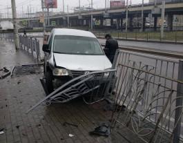 В районе Второй эстакады в Калининграде «Фольксваген» пробил ограждение и вылетел на тротуар