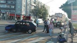 На улице Черняховского в Калининграде столкнулись полицейская машина и автомобиль доставки