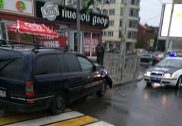 На ул. 9 Апреля «Опель» протаранил металлическое ограждение и въехал в столб