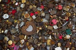 «Прощай, любовь»: на Медовом мосту в Калининграде срезали замки молодожёнов