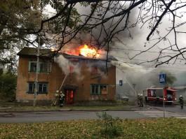 На ул. Красносельской в Калининграде горит двухэтажный дом