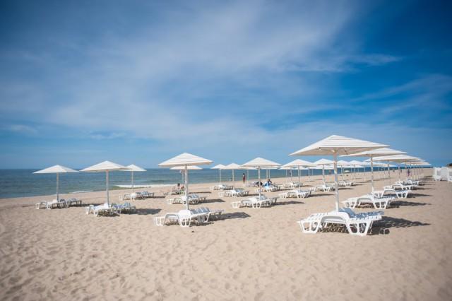 В Зеленоградске выделили 2,5 млн рублей на покупку шезлонгов и зонтов для западного пляжа