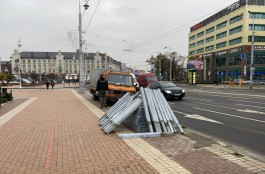В Калининграде начали убирать ненужные заборы вдоль дорог