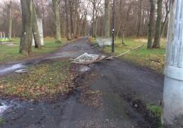 Ночью неизвестный на автомобиле снёс ворота в городском парке Балтийска