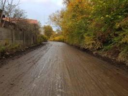 «В дождь уплотнять невозможно»: в мэрии рассказали, как часто ровняют дорогу на улице Узловой