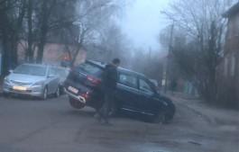 На улице Нансена в Калининграде внедорожник провалился в яму на асфальте