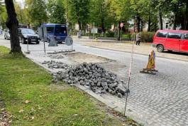 На улице Тельмана в Калининграде перекладывают брусчатку рядом с немецким консульством