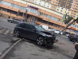 На пересечении Куйбышева и Гагарина в Калининграде автомобиль врезался в светофор