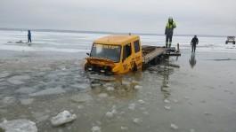 Калининградские рыбаки опубликовали видео спасения провалившегося под лёд эвакуатора