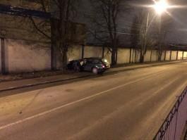 На Правой набережной в Калининграде пьяный водитель на «Ауди» врезался в дерево