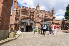 Рабочие начали восстанавливать фасад Фридландских ворот в Калининграде