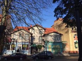 Крышу исторического дома на Курортном проспекте в Зеленоградске покрыли черепицей
