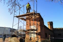 Рабочие начали разбирать неустойчивую часть стены у башни Врангеля в Калининграде