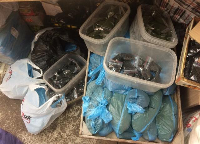 Милиция изъяла у 2-х рыночных торговцев вКалининграде 70кг насвая