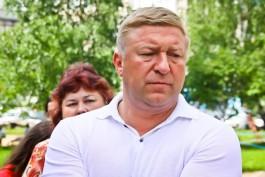 Жители ул. Леонова пожаловались мэру на автозаки суда, паркующиеся во дворах