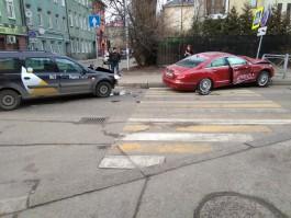 На улице Больничной в Калининграде такси протаранило Merсedes CLS-класса