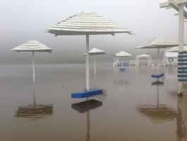 В Янтарном затопило пляж у озера рядом с шахтой Анна
