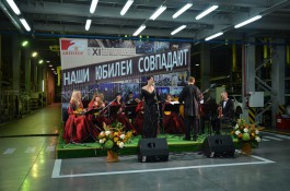 «Французская песня в цеху»: на заводе АВТОТОР исполнили хиты Эдит Пиаф