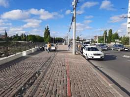 На Ленинском проспекте «БМВ» вылетел на тротуар и врезался в ограду Королевского замка